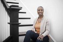 Женщина сидит на лестнице — стоковое фото