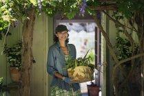 Женщина в фермерском доме кухня — стоковое фото