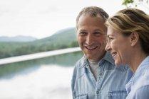 Пара, стоящая на берегу озера — стоковое фото