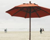 Grand parasol sur la plage — Photo de stock