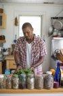 Verlässt der Mann in der Küche bereitet Salat — Stockfoto