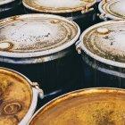 Gruppo di barili corrosi arrugginiti — Foto stock