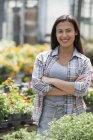 Frau in eine Bio-Gärtnerei — Stockfoto