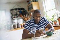 Людина за допомогою смарт-телефону — стокове фото