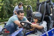 Kartfahren für Jungen und Männer — Stockfoto