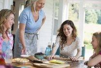 Frauen backen Kekse und Apfelkuchen — Stockfoto