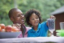 Pai e filho em piquenique na fazenda — Fotografia de Stock