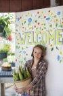 Девушка с початков кукурузы в знак приветствия — стоковое фото
