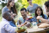 Взрослые и дети едят — стоковое фото