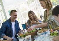 Adultes et enfants sur la fête de famille dans un café — Photo de stock