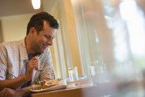 Homme, manger une collation — Photo de stock