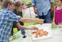Відкритий Сімейна урочистість і пікнік. — стокове фото