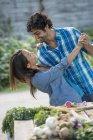 Пара танцующая в саду . — стоковое фото