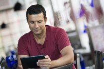 Man using a digital tablet. — Stock Photo