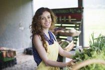 Femme tri des légumes — Photo de stock