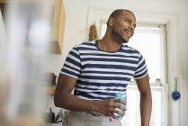 Человек с напитком в голубом стакане . — стоковое фото