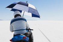 Motorradfahrer, die Zuflucht unter einem Regenschirm — Stockfoto