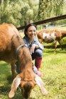 Donna con due grandi capre — Foto stock