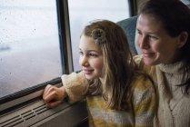 Mujer y joven muchacha en el tren - foto de stock