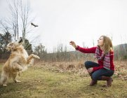 Femme avec un chien golden retriever. — Photo de stock