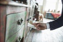 Feminino mão segurando a etiqueta e o preço do bilhete — Fotografia de Stock