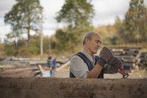Чоловіки, які працюють у дворі меліорованих деревини — стокове фото