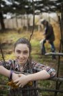 Giovane ragazza in azienda agricola biologica — Foto stock
