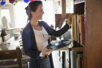 Mulher olhando para discos de vinil — Fotografia de Stock