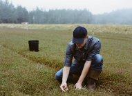 Jovem que trabalha na terra — Fotografia de Stock