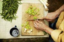 Людина нарізки зеленою цибулею — стокове фото