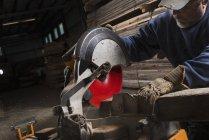 Mann sägt mit Kreissäge Holz. — Stockfoto