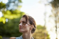 Donna nel bosco al crepuscolo — Foto stock