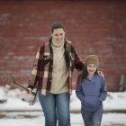 Donna e giovane ragazza a piedi — Foto stock