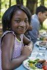 Дівчина і дорослих, які сидять за столом — стокове фото