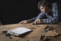 Homem trabalhando em uma madeira recuperada — Fotografia de Stock