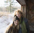 Madre e hija al lado - foto de stock