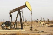 Installations pétrolières dans les champs pétrolifères Midway-Sunset — Photo de stock