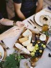 Gedeckten Tisch mit einem weißen Tuch — Stockfoto