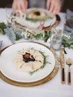Tampo da mesa coberto com um pano branco — Fotografia de Stock