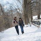 Пара ходьба в зимовий пейзаж — стокове фото