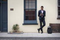 Uomo in piedi su un marciapiede . — Foto stock