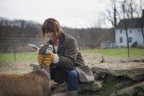 Жіночий фермер тенденцію Коза — стокове фото
