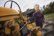 Bäuerin mit Traktor. — Stockfoto
