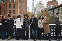 Grupo de gente en movimiento - foto de stock