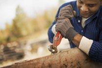 Людина, що працюють у дворі меліорованих деревини — стокове фото
