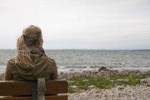 Mulher olhando para o mar — Fotografia de Stock