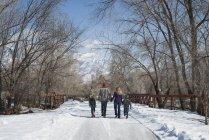 Семья идет пустая дорога — стоковое фото