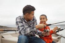 Два хлопчика рибалка з катера — стокове фото
