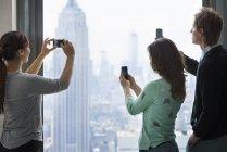 Люди принимают образы города — стоковое фото