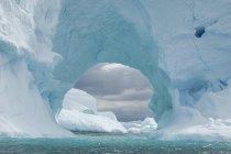 Iceberg a lo largo de la Península Antártica - foto de stock